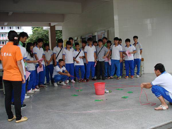 图为:学生在参加踩气球互动游戏