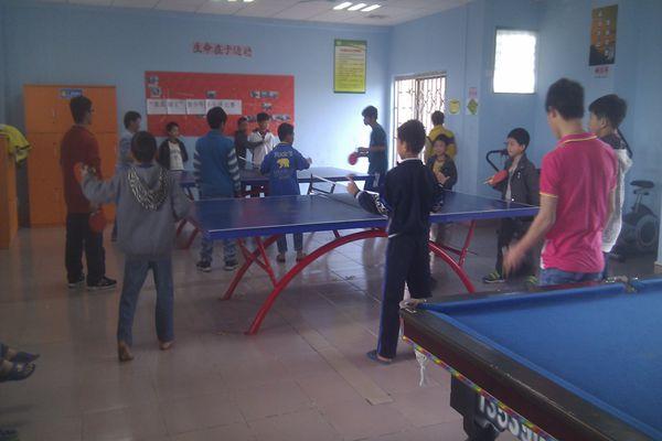 """社区综合服务中心社工在中心多功能室举行了""""我是球王""""青少年乒乓球图片"""